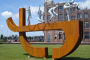390px-Rotterdam_kunstwerk_slavernij_monument