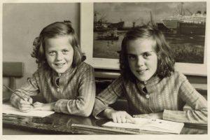 Ria en zus Thea schoolfoto